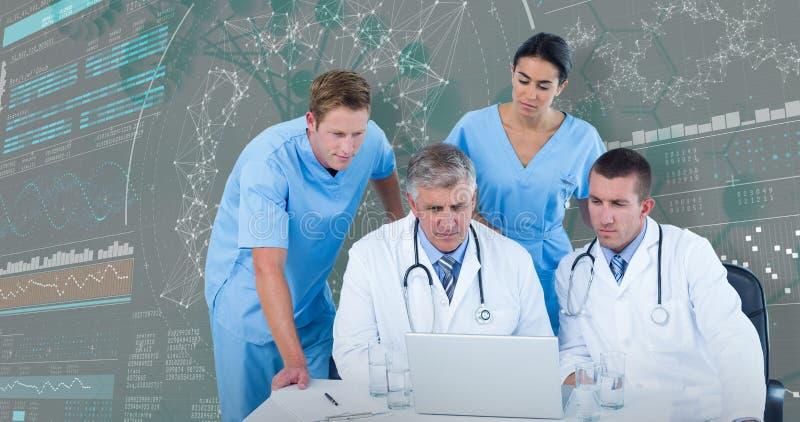 3DComposite医生队的图象使用膝上型计算机的在书桌 免版税库存照片