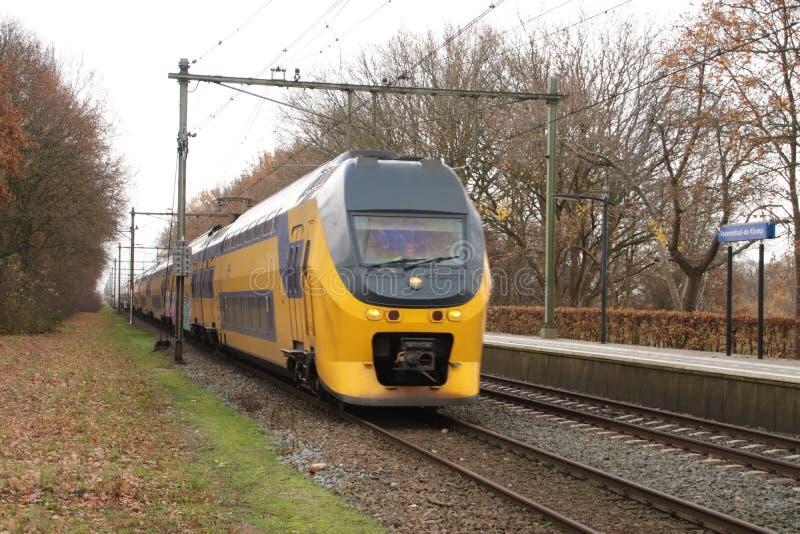 DD interurbano VIRM do ônibus de dois andares entre Arnhem e Utrecht na estação Veenendaal-De Klomp nos Países Baixos fotos de stock royalty free