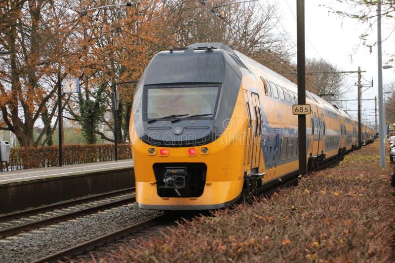 DD interurbano VIRM do ônibus de dois andares entre Arnhem e Utrecht na estação Veenendaal-De Klomp nos Países Baixos imagens de stock
