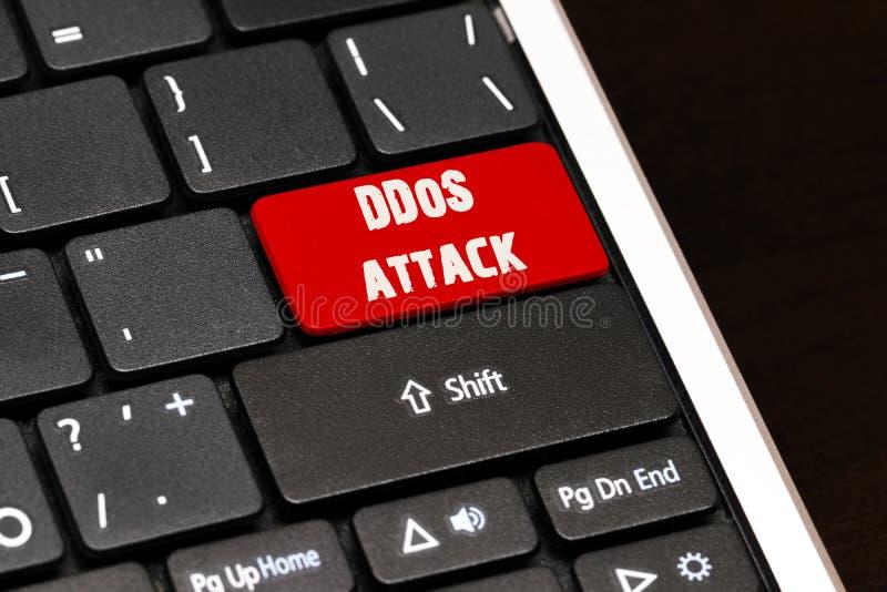 DDoS-Angriff auf Rot kommen Knopf auf schwarzer Tastatur lizenzfreie stockbilder