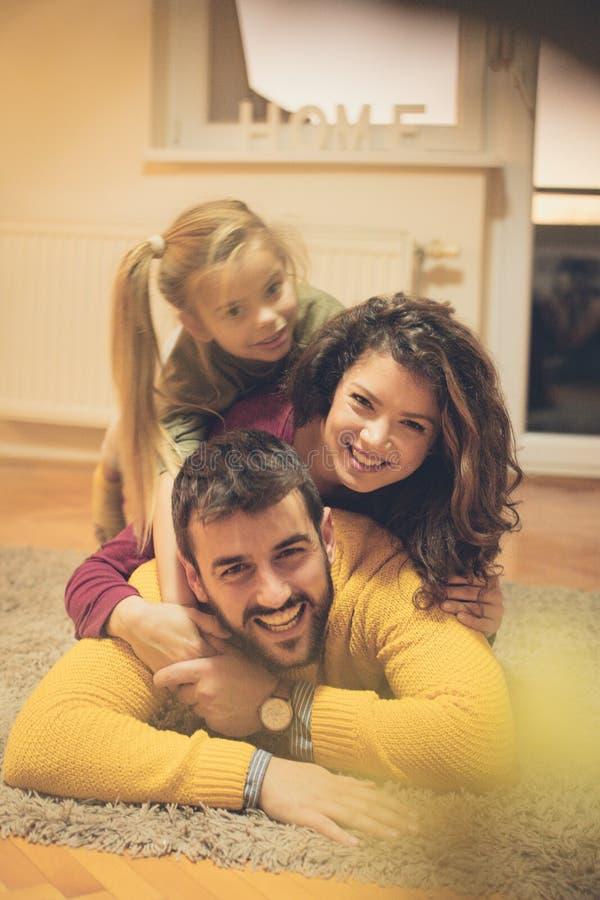 De är en lycklig familj royaltyfria foton