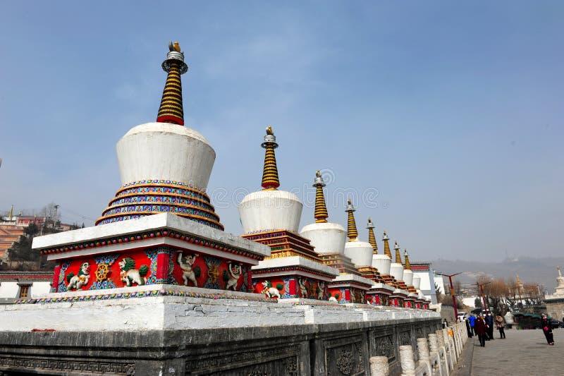 De åtta buddha tornen i framdel av den Kumbum kloster royaltyfri foto