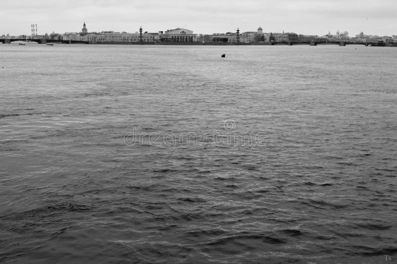 ¡De Ð ity en el río fotos de archivo