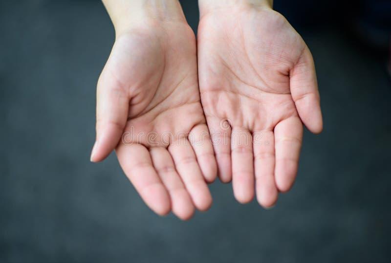 De öppna händerna av kvinnan, fokuserar förestående royaltyfri foto