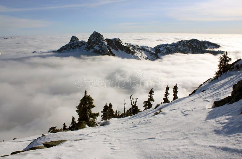 De östliga och västra lejonen ovanför molnen arkivfoto
