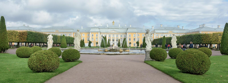 De övre parkerar skapades under tsar Peter I Det lokaliseras i Peterhof mellan den St Petersburg avenyn och den storslagna Peterh royaltyfri foto