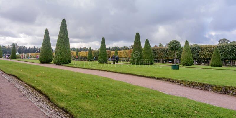 De övre parkerar skapades under tsar Peter I Det lokaliseras i Peterhof mellan den St Petersburg avenyn och den storslagna Peterh royaltyfria bilder