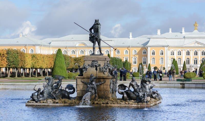 De övre parkerar skapades under tsar Peter I Det lokaliseras i Peterhof mellan den St Petersburg avenyn och den storslagna Peterh arkivfoto