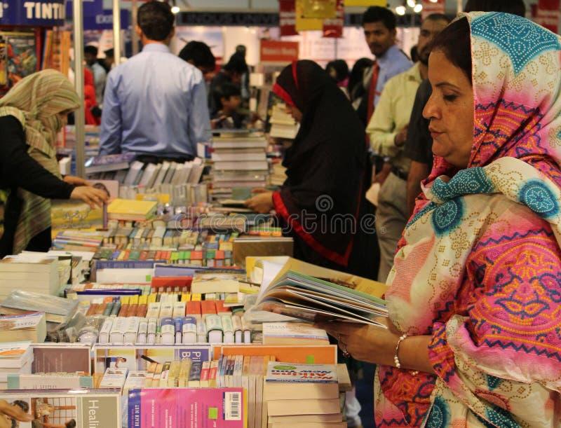 De 8ste internationale Boekenbeurs Van karachi van bezoekers stock afbeelding