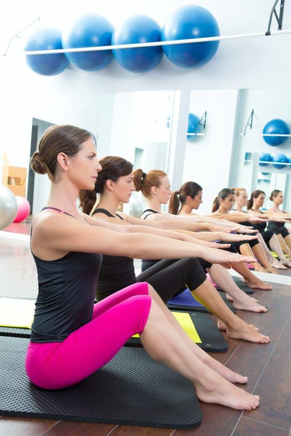 De aërobe Pilates persoonlijke klasse van de trainergroep stock afbeelding