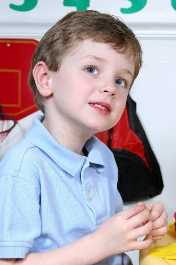 De aanbiddelijke Jongen van Vier Éénjarigen bij Kleuterschool royalty-vrije stock afbeeldingen
