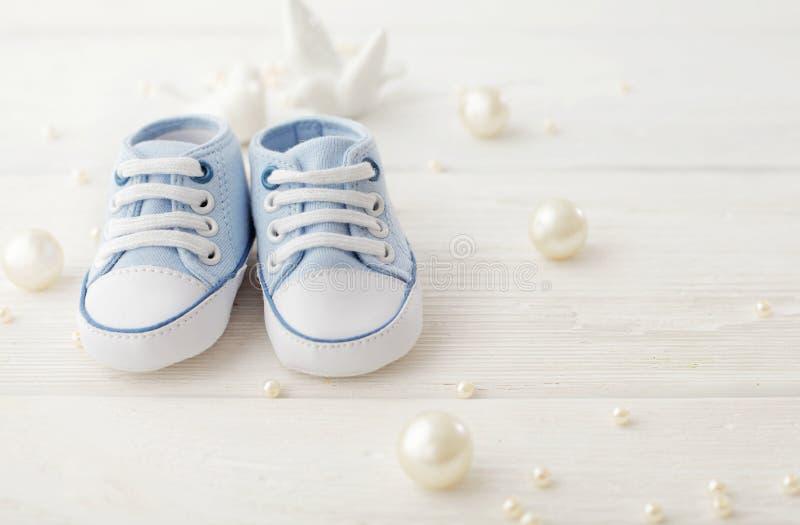 De aanbiddelijke schoenen van de babyjongen stock fotografie