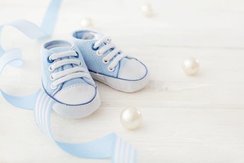 De aanbiddelijke schoenen van de babyjongen royalty-vrije stock afbeelding