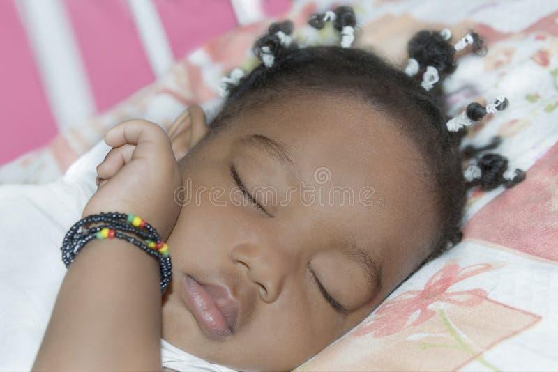 De aanbiddelijke slaap van het babymeisje in haar ruimte (één éénjarige) royalty-vrije stock afbeeldingen