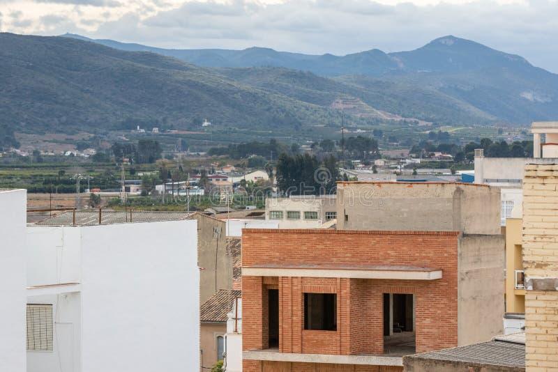 De in aanbouw residental bouw in kleine stad in Spanje, Kanalen stock afbeeldingen