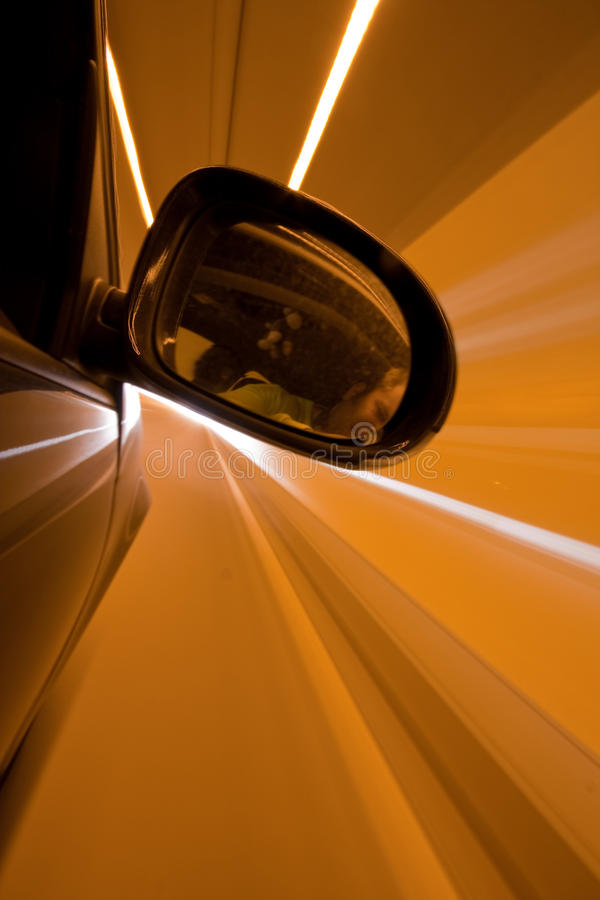 De aandrijving van de nacht op auto stock foto's