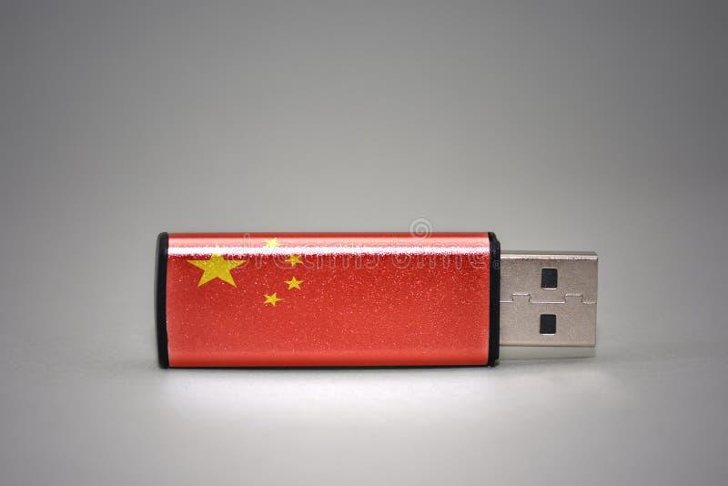 De aandrijving van de Usbflits met de nationale vlag van China op grijze achtergrond stock afbeelding