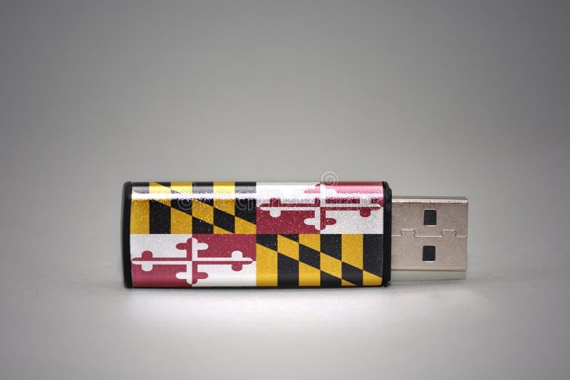 De aandrijving van de Usbflits met de vlag van de staat van Maryland op grijze achtergrond stock afbeeldingen