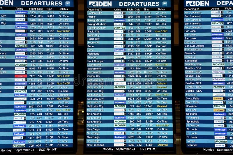 De aankomst van de luchtvaartlijnenvlucht en van de vertrekinformatie de schermen van de programmavertoning royalty-vrije stock afbeeldingen