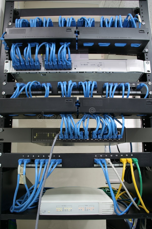De aanleg van kabelnetten van rek stock afbeeldingen