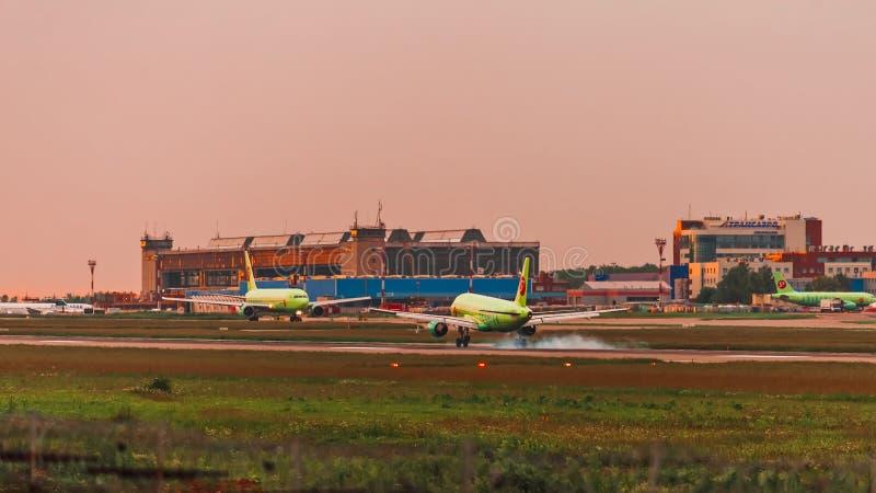 De aanraking van luchtbusa320 S7 Airlines neer bij zonsondergang royalty-vrije stock foto's