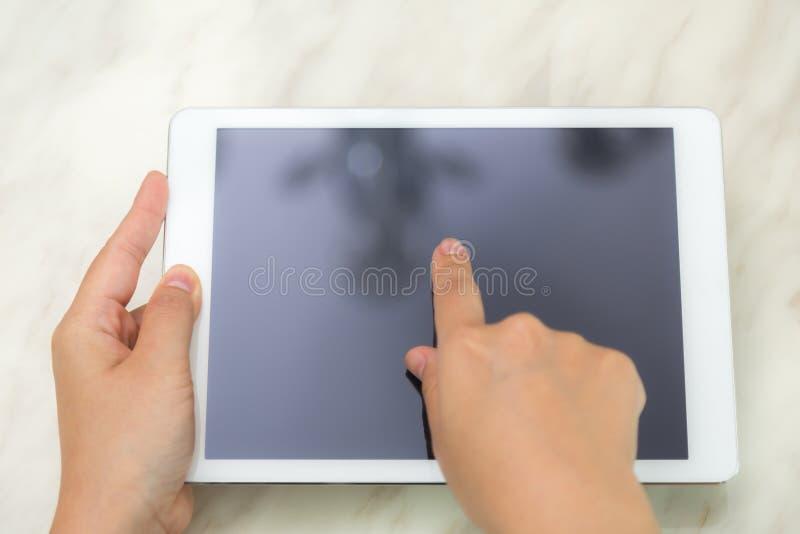 De aanrakings witte tablet van de vrouwenhand stock afbeelding