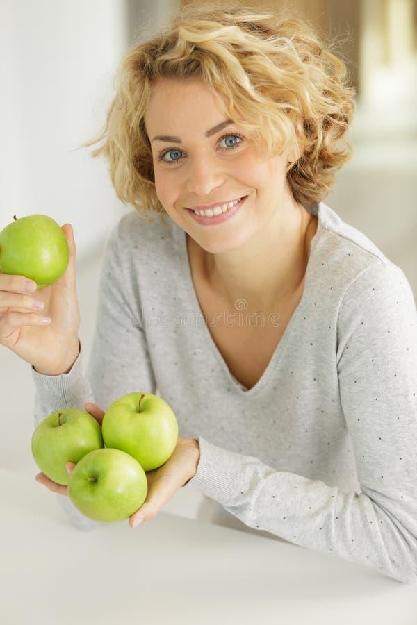 De aantrekkelijke appelen van de vrouwenholding royalty-vrije stock afbeeldingen