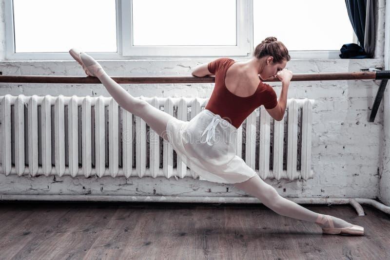 De aantrekkelijke ballerina die van Nice de spleten in de lucht doen stock afbeeldingen