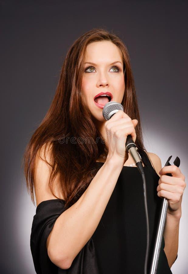 De aantrekkelijke Donkerbruine Vrouwelijke Muzikale Zanger Audio van de Vocalistkaraoke royalty-vrije stock foto