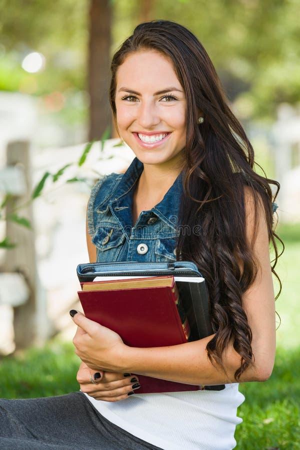 De aantrekkelijke Glimlachende Gemengde Studente van de Rastiener met Schoolboeken stock fotografie