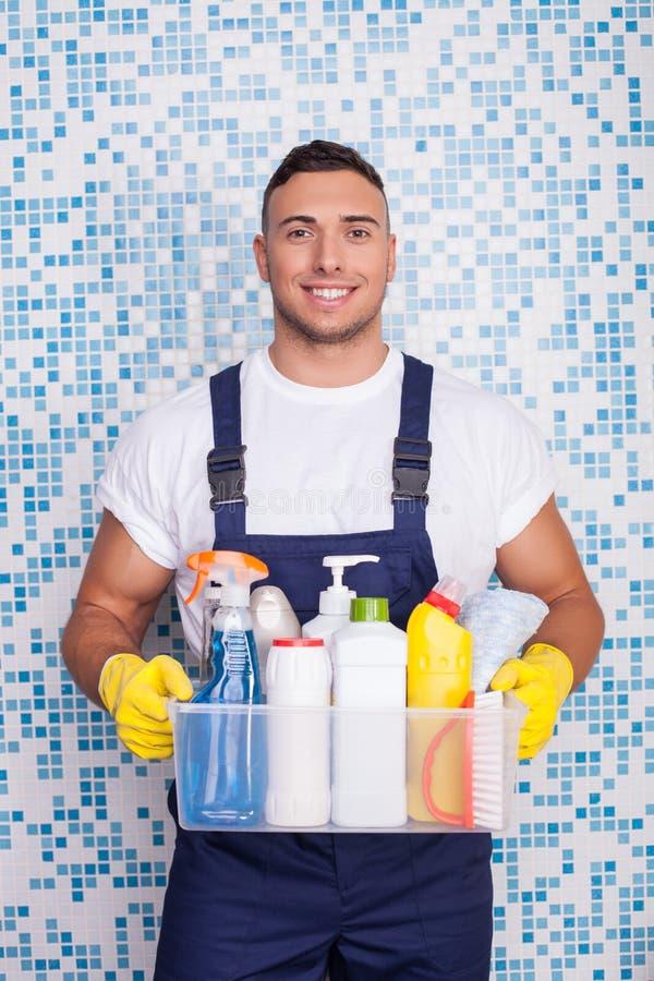 De aantrekkelijke jonge huiselijke mens maakt van hem schoon stock afbeeldingen