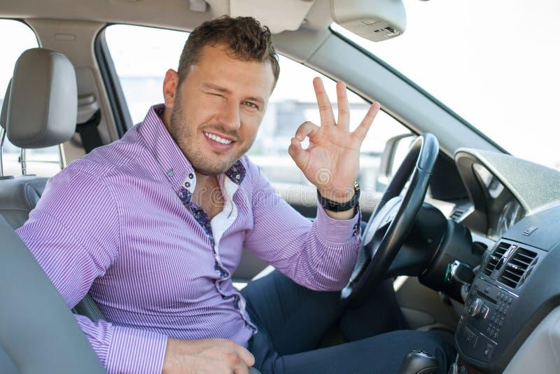 De aantrekkelijke jonge mens drijft zijn vervoer stock afbeelding