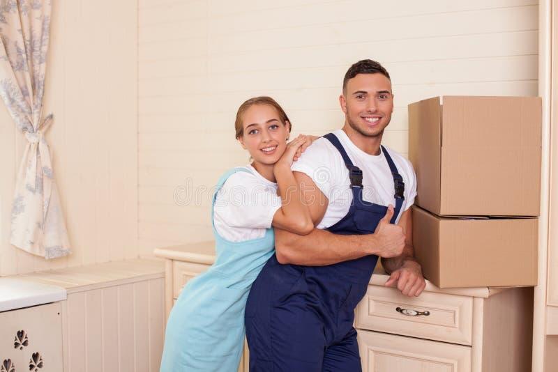 De aantrekkelijke jonge reinigingsmachines maken pret tijdens stock afbeeldingen