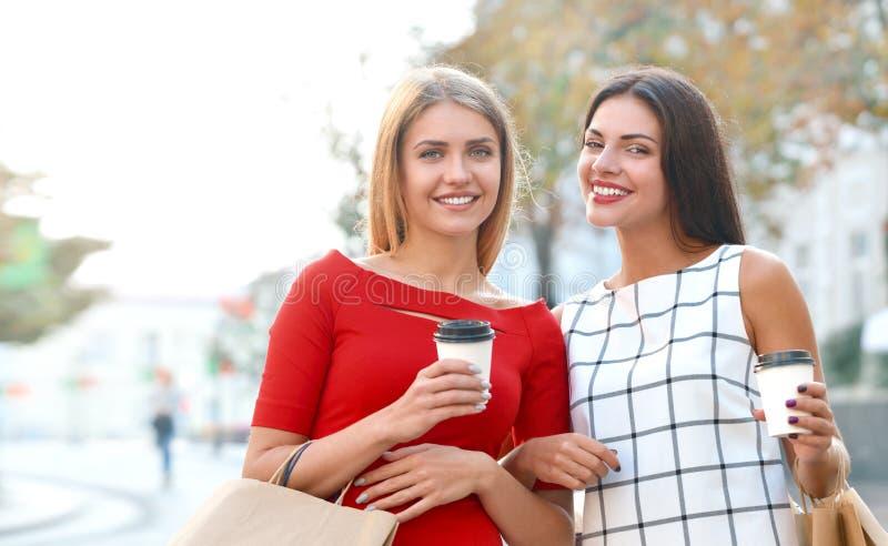 De aantrekkelijke jonge vrouwendrank haalt koffie in de zomerstad weg royalty-vrije stock afbeeldingen