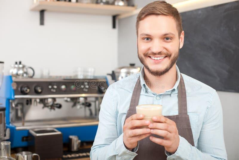 De aantrekkelijke mannelijke eigenaar van koffiewinkel werkt royalty-vrije stock foto