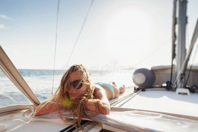 De aantrekkelijke meisjeszeilen in swimwear ontspannen op vakantiereis royalty-vrije stock afbeelding
