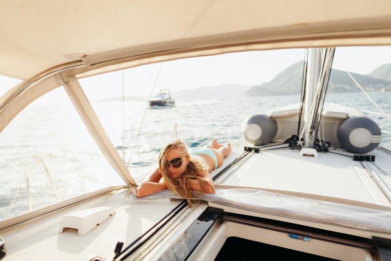 De aantrekkelijke meisjeszeilen in swimwear ontspannen op vakantiereis royalty-vrije stock foto's