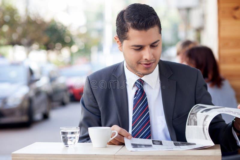 De aantrekkelijke mens met kostuum rust in koffie stock afbeeldingen