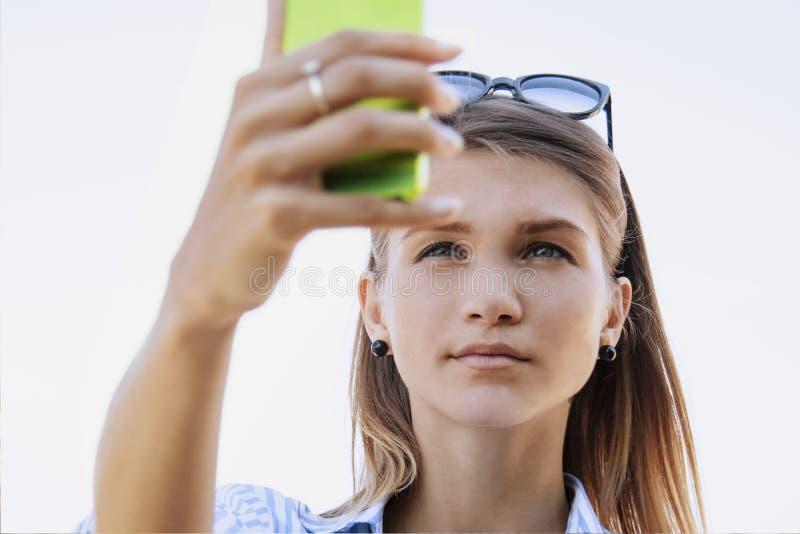 De aantrekkelijke mooie vrouw stelt voor selfiefoto stock afbeelding