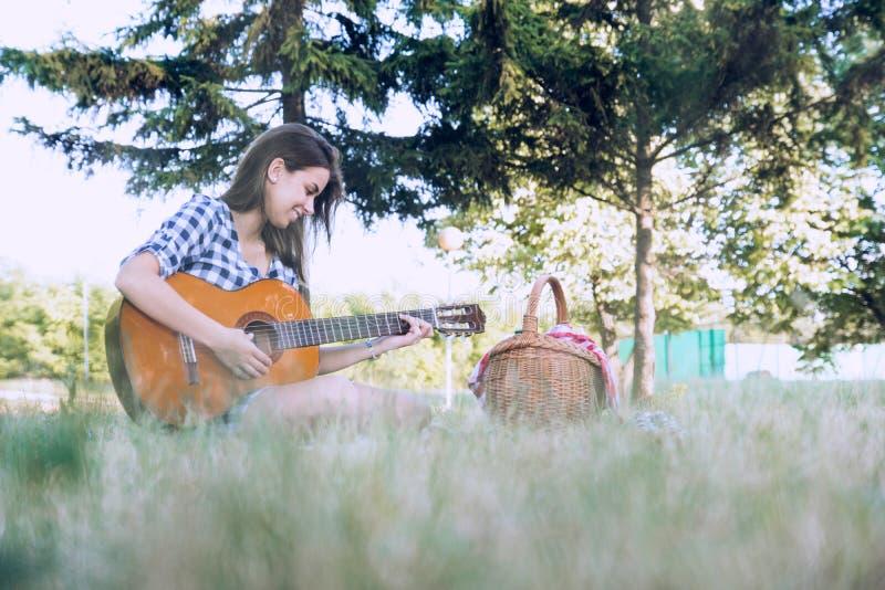 De aantrekkelijke vrouw geniet van speel haar favoriet instrument stock foto