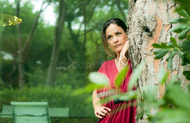 De aantrekkelijke vrouw kleedde zich in rood royalty-vrije stock foto's