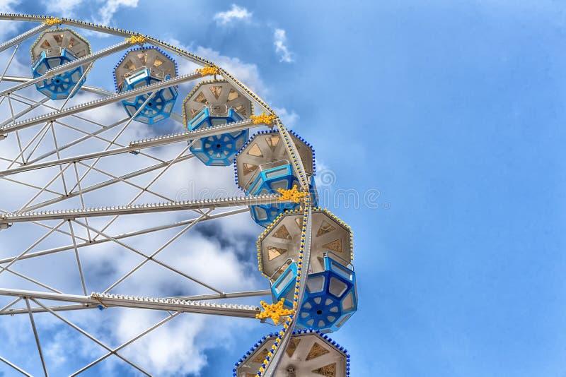 De aantrekkelijkheid is het wiel van overzicht op blauwe hemel als achtergrond stock foto