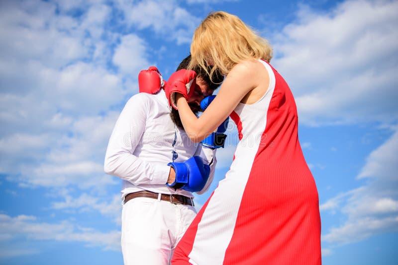 De aanval is beste defensie Man en vrouwen de hemelachtergrond van strijd bokshandschoenen De vrouwen kunnen achterconcept bestri royalty-vrije stock afbeeldingen