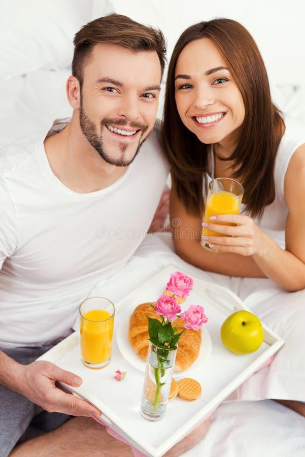 De aanvang van een goede dag met ontbijt in bed royalty-vrije stock afbeelding