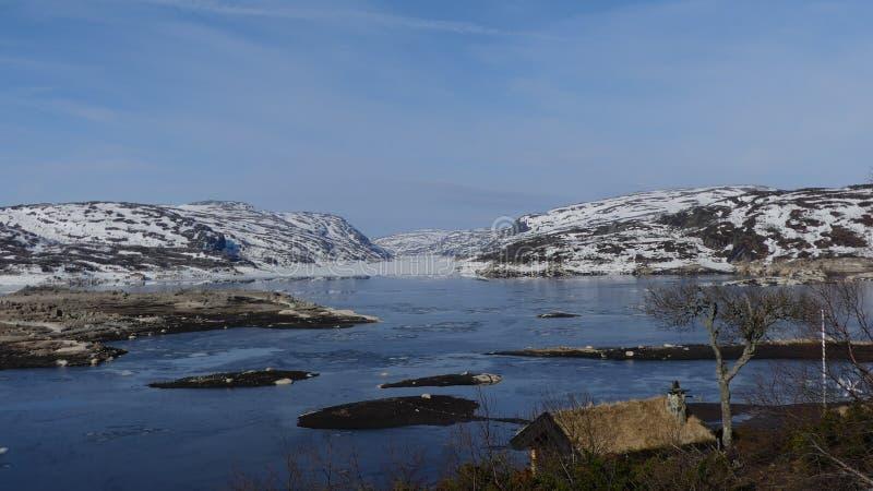 De aard en de meren van Noorwegen met ijs! stock foto's