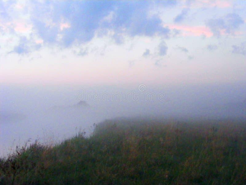De aard nevelige mistige witte scène van de ochtendzomer, meer bos natuurlijke mist royalty-vrije stock foto