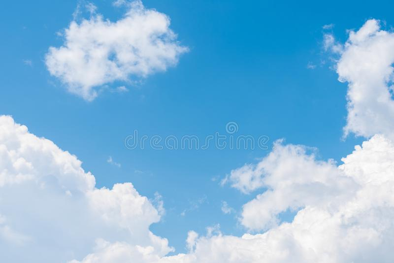 De aard van Blauwe hemel met wolk in de ochtend stock foto's