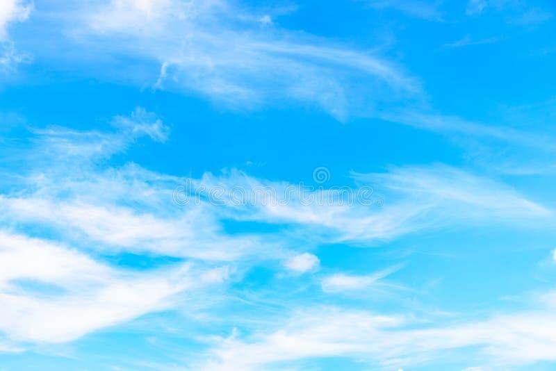 De aard van Blauwe hemel met wolk in de ochtend stock fotografie