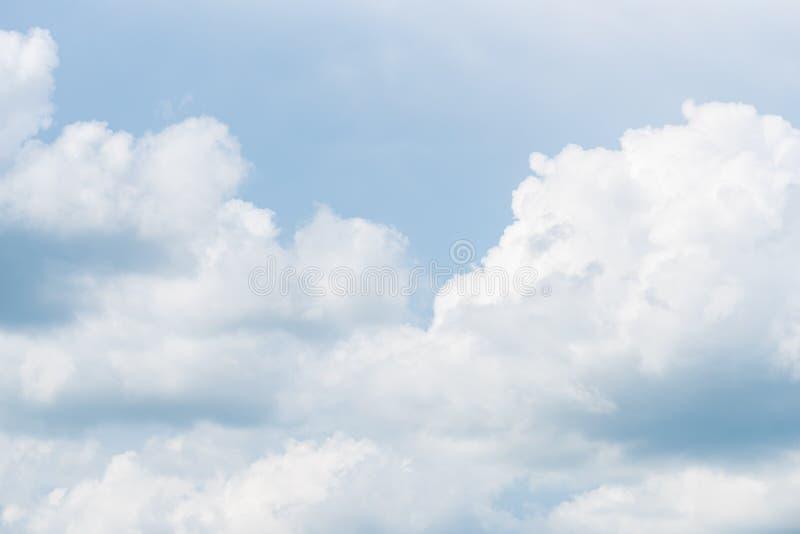 De aard van Blauwe hemel met wolk in de ochtend royalty-vrije stock foto