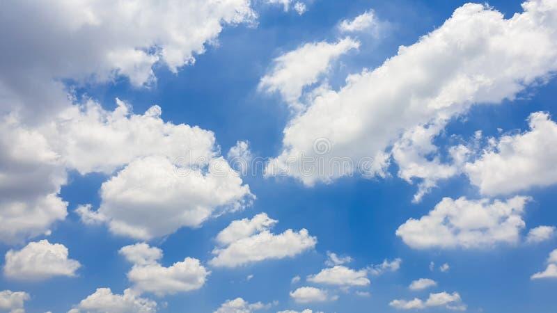 De aard van Blauwe hemel met wolk in de ochtend royalty-vrije stock afbeeldingen